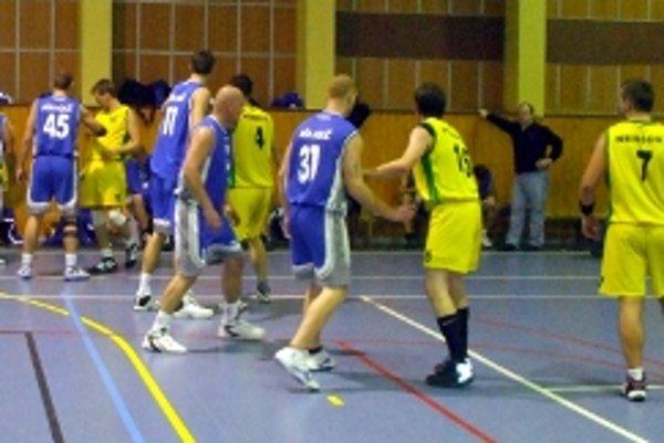 Basketbalisti Holíča a Nemšovej po skončení zápasu.