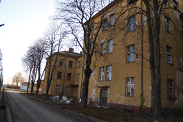 Mesto predáva ubytovňu a okolité pozemky.