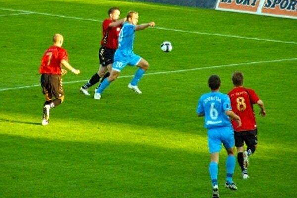 Foto z prvého vzájomného zápasu na Tehelnom poli. O loptu bojujú slovanista Masaryk a seničan Laurinc.