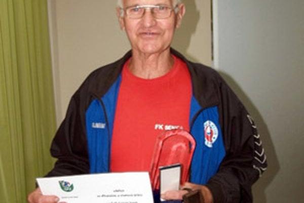 Fridrich Hutta s ocenením od SFZ.