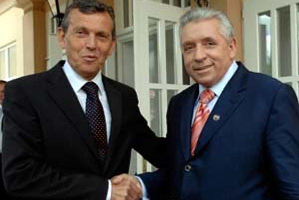 Slovenský minister pôdohospodárstva Miroslav Jureňa (vľavo) a jeho poľský kolega Andrzej Lepper v pondelok ukončili podpísaním dohody spor o oštiepok.