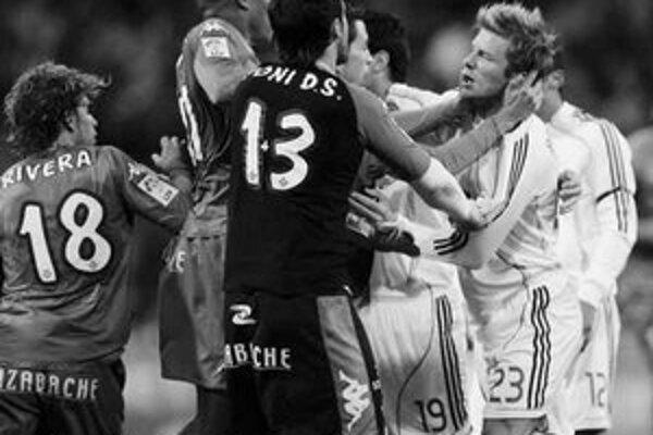 Ako osy sa vrhli na Davida Beckhama (vpravo) hráči Betisu Sevilla po jeho faule na odplatu na Gomésa Isidora. Beckham videl piatu červenú kartu v Španielsku.