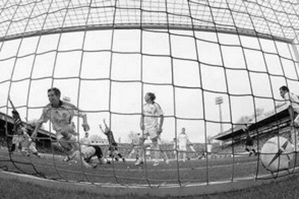 Dvojica hráčov Bayernu Mníchov (zľava) Philipp Lahm a Daniel van Buyten neverí vlastným očiam – lopta je v sieti favorita. Aachen prekvapujúco zdolal v bundeslige Bayern 1:0. FOTO – REUTERS