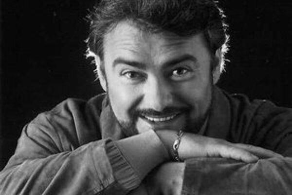 MIROSLAV DVORSKÝ (1960) sa narodil v Bratislave. Vyštudoval Konzervatórium, VŠMU (I. Černecká) a Studio milánskej La Scaly (L. Silvestri). Získal viacero ocenení na medzinárodných speváckych súťažiach. V roku 1986 sa stal sólistom opery SND v Bratislave,