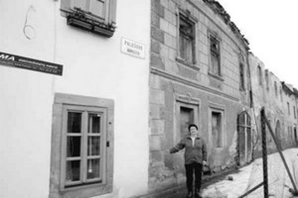 Dom Márie Sýkorovej je v kontraste s rozpadávajúcimi sa susednými budovami.