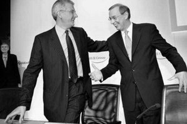 Šéfovia nemeckej banky HVB Group Dieter Rampl (vpravo) a talianskej UniCredito Alessandro Profumo sú spokojní. V júni 2005 sa dohodli na najväčšej medzinárodnej bankovej fúzii v Európe.