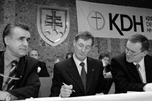 Podpredseda KDH Július Brocka (vpravo) a predseda hnutia Pavol Hrušovský (v strede) sú nahnevaní na Vladimíra Palka (vľavo), že zverejňuje kandidátov do vedenia KDH cez médiá.