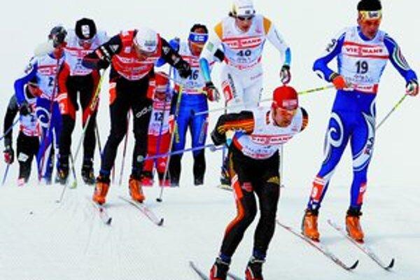 Úplne vpredu je víťaz pretekov v skiatlone na 15 + 15 km klasickou a voľnou technikou s hromadným štartom Axel Teichmann.
