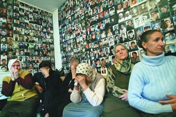 Rodiny obetí zo Srebrenice v bosnianskej Tuzle boli rozhodnutím súdu sklamané.