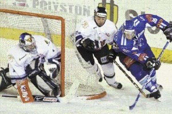 Popradský útočník Erik Piatak (vpravo v modrom) ohrozuje bránku Sasu Hoviho, bráni ho Dalibor Kusovský. V poslednom vzájomnom zápase v základnej časti Slovan vyhral v Poprade 4:1.