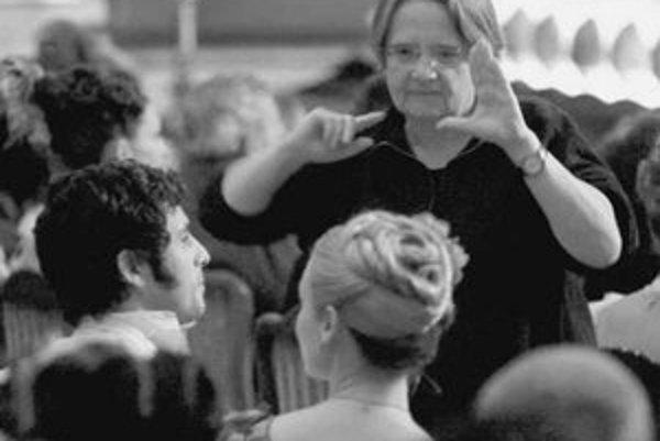 Agnieszka Holland (58) pri nakrúcaní. Narodila sa v Poľsku, študovala na FAMU. Učila sa pri majstroch poľského filmu, Zanussiho i Wajdu, jej najbližším kamarátom a spolupracovníkom bol Krzystof Kiezslowski. Nakrúcala v Nemecku, Francúzsku i v Hollywoode.