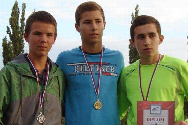 V strede Matúš Verbovský – víťaz behu na 3000 metrov.