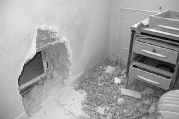 Cez dieru v stene sa zlodeji dostali na poštu.