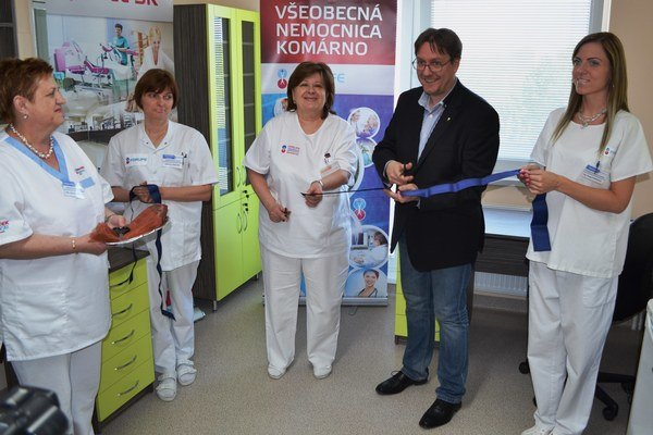 Slávnostné prestrihnutie pásky. Zľava - primárka interného oddelenia Zlatica Petrányiová a riaditeľ nemocnice Viktor Dudáš.
