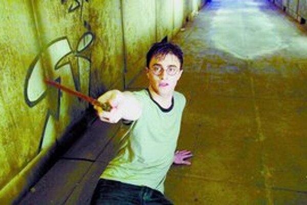 Harry Potter dospieva fyzicky a pomaly aj ku koncu svojho príbehu. V lete sa objaví posledná siedma kniha a piaty film.