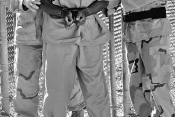 Väzňov na Guantáname mučili aj s výkalmi či psami.
