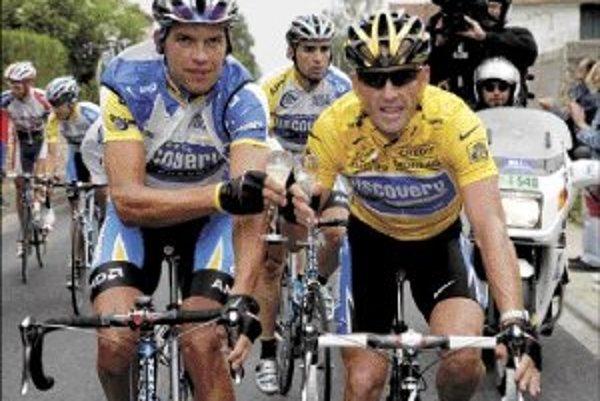 Pavel Padrnos (vľavo) si pripíja šampanským so sedemnásobným víťazom Tour de France Lanceom Armstrongom na trati záverečnej etapy z Corbeil-Essonnes do Paríža v roku 2005.