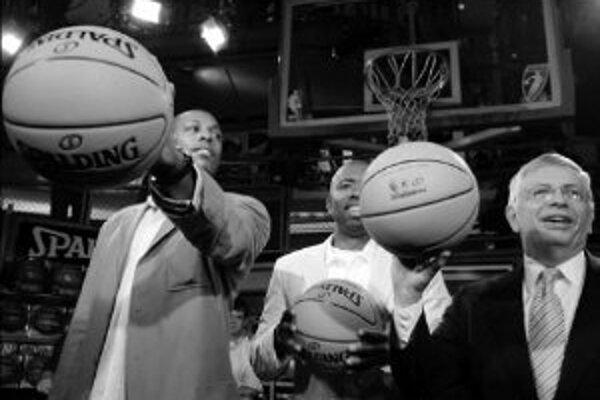 Paul Pierce (Boston Celtics, vľavo), Kenny Smith (Detroit Pistons, v strede) a komisár NBA David Stern predstavujú nový model lopty zo syntetického materiálu. Hralo sa s ním len dva mesiace, od nového roka sa na nátlak hráčov vedenie súťaže rozhodlo vráti