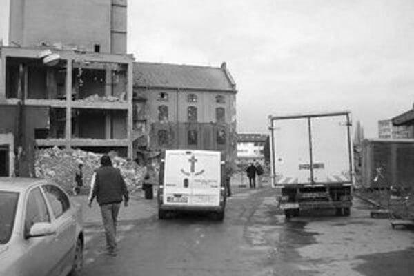 Pri búraní sila v areáli nitrianskych mlynov zahynul jeden z robotníkov.
