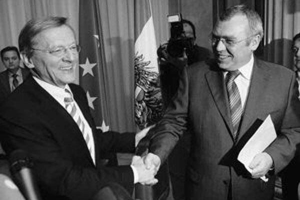 Budúci rakúsky kancelár Gusenbauer (vpravo) a odchádzajúci kancelár Schüssel oznamujú uzatvorenie koaličnej dohody.