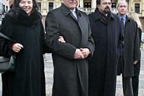 Prezident Klaus s manželkou Líviou sa prešli po Bratislave, podpisoval svoje knihy a hovoril s prezidentom i premiérom.
