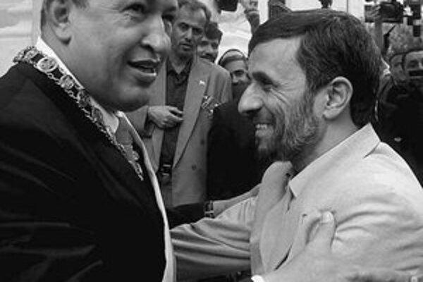 Hugo Chávez (vľavo) v bratskom objatí s Mahmúdom Ahmadínedžádom.