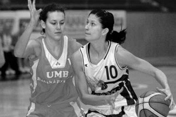 Košičanka Daniela Čikošová (s loptou v súboji s Bystričankou Beátou Šimovou) by mala patriť medzi opory tímu aj v dnešnej odvete Pohára FIBA s maďarským Szegedom.