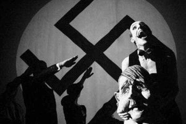 Záber z muzikálu Kabaret naštudovanom v roku 2004 v réžii Jozefa Bednárika pre DAB Nitra.