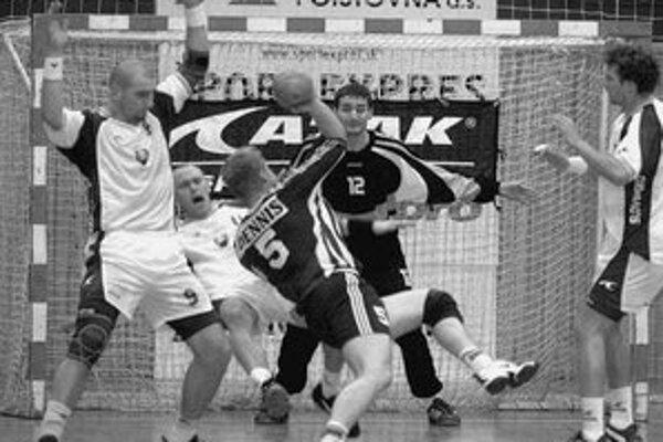 Brankár Richard Štochl likviduje strelu Fína Wellinga. Na oporu maďarského Dunaferru sa pred štartom kvalifikačného turnaja v Breste spolieha i tréner Zoltán Heister.