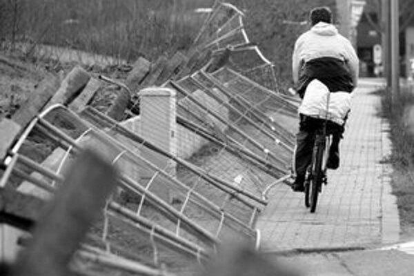 Európa upratuje. Cyklista v Bavorsku míňa zvalený plot.