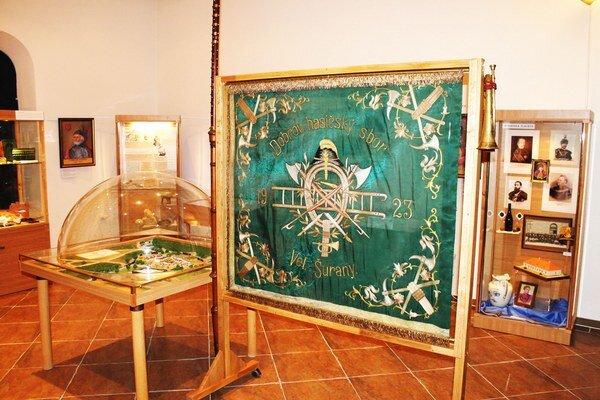 Hasičská zástava v šurianskom mestskom múzeu.