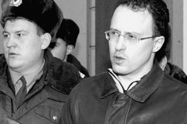 Šéf banky VIP Alexej Frenkeľ (na snímke vpravo) tvrdí, že Ruská centrálna banka bezdôvodne odníma licencie, vyváža miliardy dolárov do zahraničia a vydiera iné banky na trhu. Frenkeľ je zároveň obvinený, že údajne zorganizoval vraždu prvého podpredsedu Ru