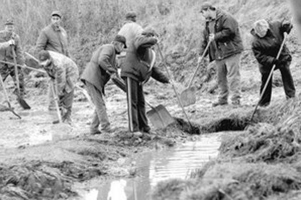 V Ubli upravujú okolie potoka, ktorý sa vylial.