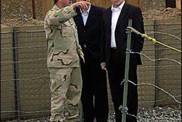Premiér Fico a minister obrany Kašický na kontrole základne na letisku v Kandaháre.