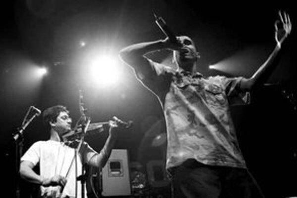 Radovan Banga alias Gipsy (vpravo) a Vojta Lavička priniesli do Starej tržnice trochu iný hip–hop.