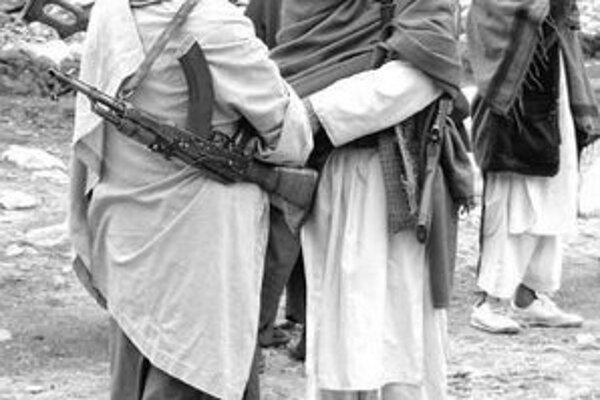 Bojovníci Talibanu sa zhovárajú niekde v južnom Afganistane.
