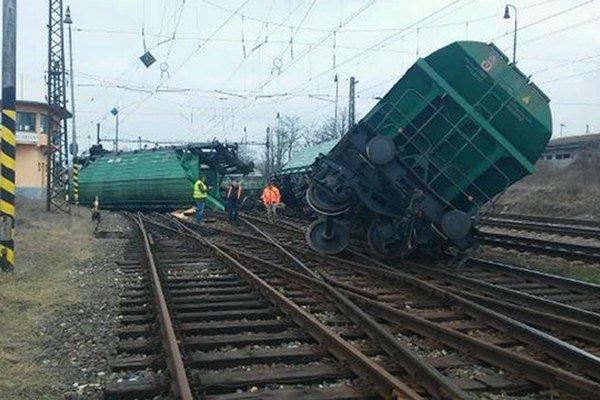 Železnice Slovenskej republiky s nasadením všetkých dostupných síl a prostriedkov pracujú na odstránení následkov vykoľajenia nákladného vlaku z nedele 1. marca 2015 na železničnej stanici v Štúrove.