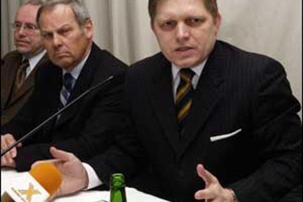 Premiér Robert Fico si včera prišiel do Tatra banky overiť, či mladí ľudia majú záujem o štátom zvýhodnené hypotekárne úvery.Po premiérovej pravici sedí predseda predstavenstva Tatra banky Rainer Franz.