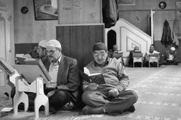 Moslimskí muži tureckého pôvodu čítajú korán v štvrti Kreuzberg. V západných častiach Berlína sú mešity bežné, stavba prvej na postkomunistickom východe však vyvolala protesty domácich. Imám Tarik (vpravo dole) hovorí o predsudkoch.
