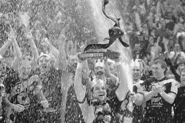 Kapitán Markus Baur dvíha nad hlavu trofej pre majstra sveta. Nemci vo finále zdolali poľské prekvapenie 29:24.