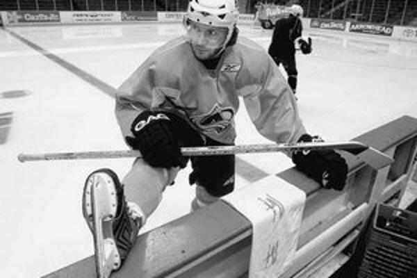 Karlis Skrastinš sa rozcvičuje pred tréningom tímu Colorado Avalanche.