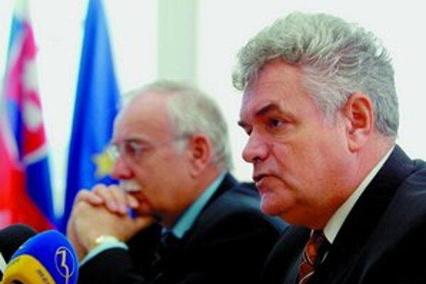 Novelou sa končí funkčné obdobie vedenia úradu, teda aj terajšieho predsedu Karola Dvoráka (na snímke vpravo).