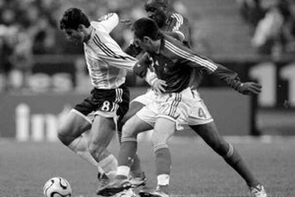 Franck Ribéry sa snaží zastaviť Javiera Zanettiho. Vzadu je Patrick Vieira. Z priateľského stretnutia v Paríži Francúzsko – Argentína 0:1.