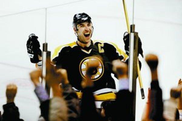 Slovenský kapitán Bostonu Zdeno Chára strelil v sobotu v samostatných nájazdoch víťazný gól do siete New York Islanders a potom sa tešil s fanúšikmi tímu Bruins. Boston vyhral 4:3.