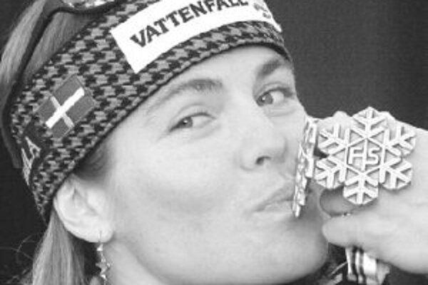 Pernilla Wibergová bozkáva zlatú medailu z kombinácie z MS 1999 v americkom Vaile. Na tom istom šampionáte získala ešte striebro zo slalomu.