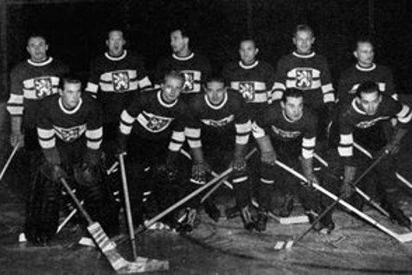 Zlatý československý tím z hokejových MS 1947: zhora zľava Šťovík, Trousílek, V. Zábrodský, Troják, Pácalt, Sláma, dolu Modrý, Stibor, Drobný, Konopásek, Kus.