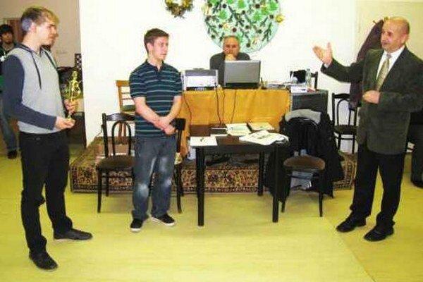 Víťaz Štefan Mazúr s pohárom, pravnuk Alexandra Handla Martin Takács, rozhodca Milan Mellen (za počítačom) a riaditeľ turnaja Rudolf Habrda.