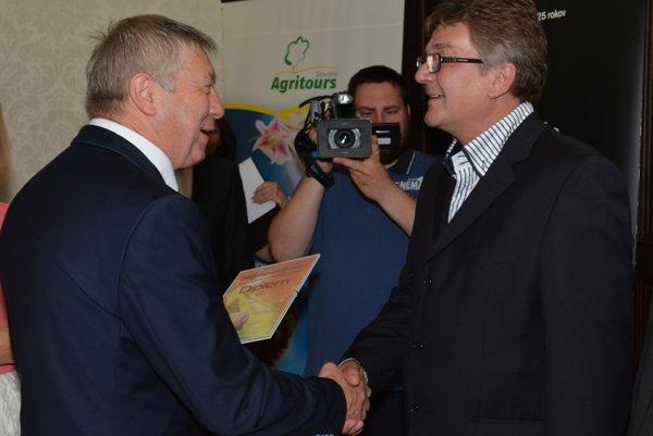 Vedúci farmy na Výskumnom ústave živočíšnej výroby Ján Baracký (vpravo) preberá ocenenie.