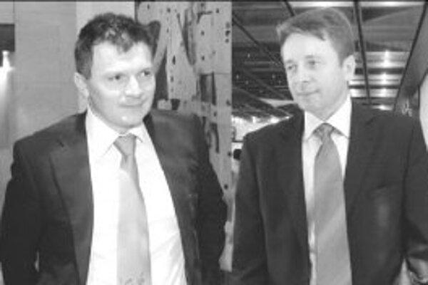 Minister financií Ján Počiatek (vľavo) a jeho predchodca Ivan Mikloš si pred schvaľovaním rozpočtu podpisovali kravaty, verejne diskutovať však začali až tento víkend.