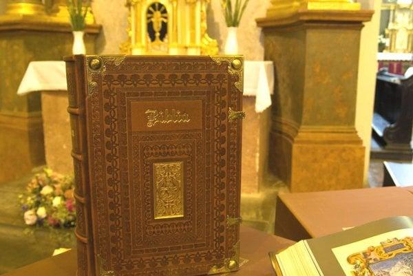 Biblia obsahuje 356 reprodukcií zo stredovekých Biblií, iluminácií, vzácnych miniatúr a ozdobných iniciál.
